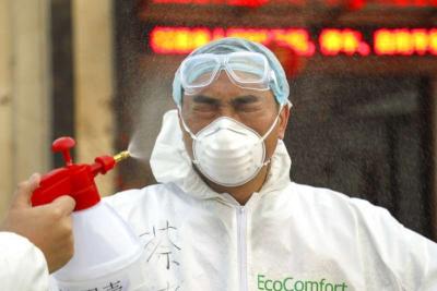 「新型冠狀病毒」檢疫人員替一位武漢市民進行消毒