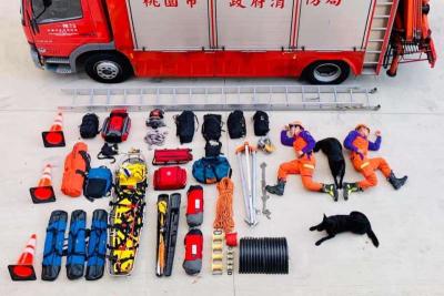 「真人開箱文」桃園市消防局警犬隊,狗狗相當悠閒地趴著