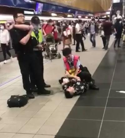 「捷運沒戴口罩」女子搭台北捷運被趕下車,制止咬傷保全秒被壓制KO!