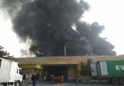 「埤頭工業區大火」彰化鐵皮工廠囤塑膠黑煙竄天超驚悚!