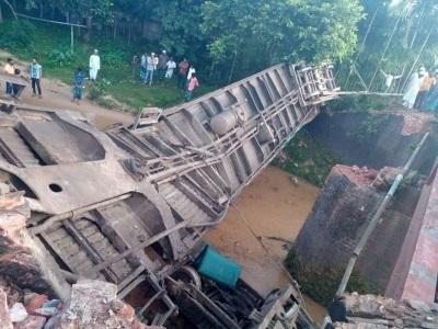 「孟加拉火車墜河」因橋斷裂,已知5死逾百傷