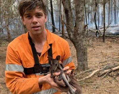 「返鄉救野火」澳網紅山姆麥克隆,一把抱起小袋鼠:別怕,我找到你了