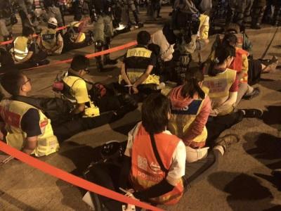 「香港反送中」理工大學男女醫護人員遭警強行約束,衝突關鍵時刻成矚目焦點
