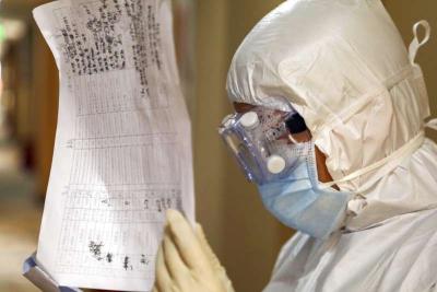 「新型冠狀病毒」武漢肺炎人數居高不下,醫護人員檢視收容病患的資料