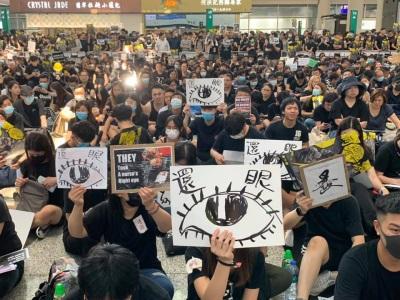 「警察還眼」香港反送中抗議行動,機場塞爆滿滿人群