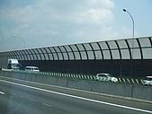 2008日本京都大阪賞櫻自由行~第1天:日本的高速公路旁擋音板是向內彎的