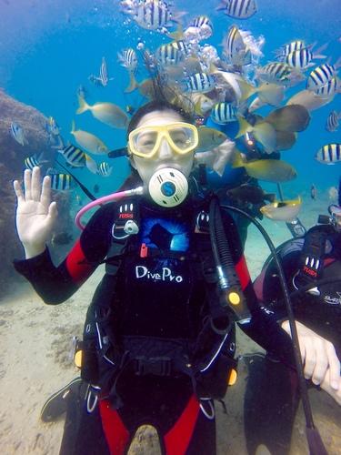 水下餵魚.jpg - 體驗學潛水