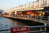 Istanbul ( Turkey )      藍色清真寺、蘇菲亞、耶尼清真寺...:加拉達橋上很多人釣魚,橋下很多鮮魚餐廳。