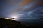 Tromsø ,  Norway:從公路邊停車,烏漆媽黑中靠頭燈照明,手拿腳架和相機走在高低不平的石頭上,很怕落水呢!