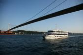 Istanbul ( Turkey )      藍色清真寺、蘇菲亞、耶尼清真寺...:博斯普魯斯大橋,聯結了海峽兩岸的歐洲和亞洲,一座總長1510公尺的懸索橋。