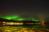 Lofoten Islands, Norway:開車出去追逐極光! 公路邊停下,走下邊坡,水面大石、水草間行走...