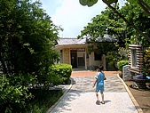 澎湖之旅─澎湖開拓館:0009小乖進入參觀庭院